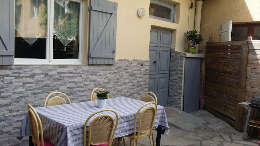 MAISON DE  VILLE AVEC JARDINET