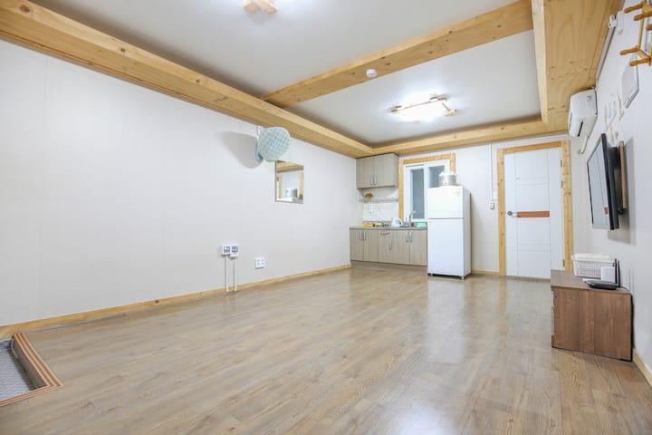 깔끔하고 넓은 원목 거실이 있는 온돌형 풍경 객실