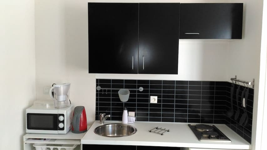 cuisine aménagée  frigo micro onde  plaque électrique