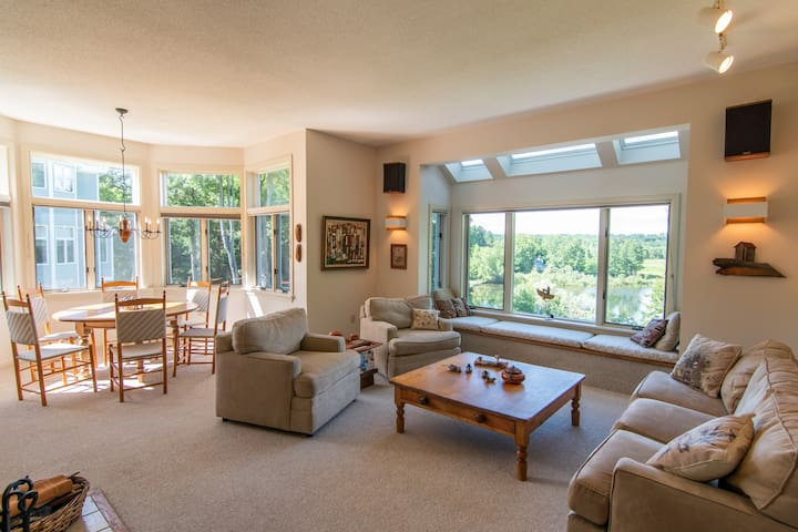 Fabulous Lakeside Condo Near Tanglewood