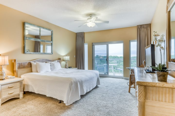 Convenient studio near the beach w/shared hot tub, swimming pool, and more!