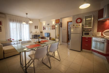 Spacious and peaceful apartment near the beach - Καλλιθέα - Byt