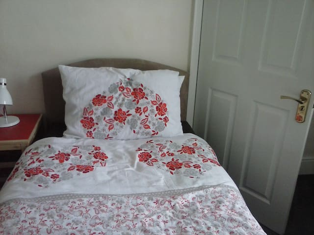 Cosy Room with Single bed. Close to Ashford Intl.
