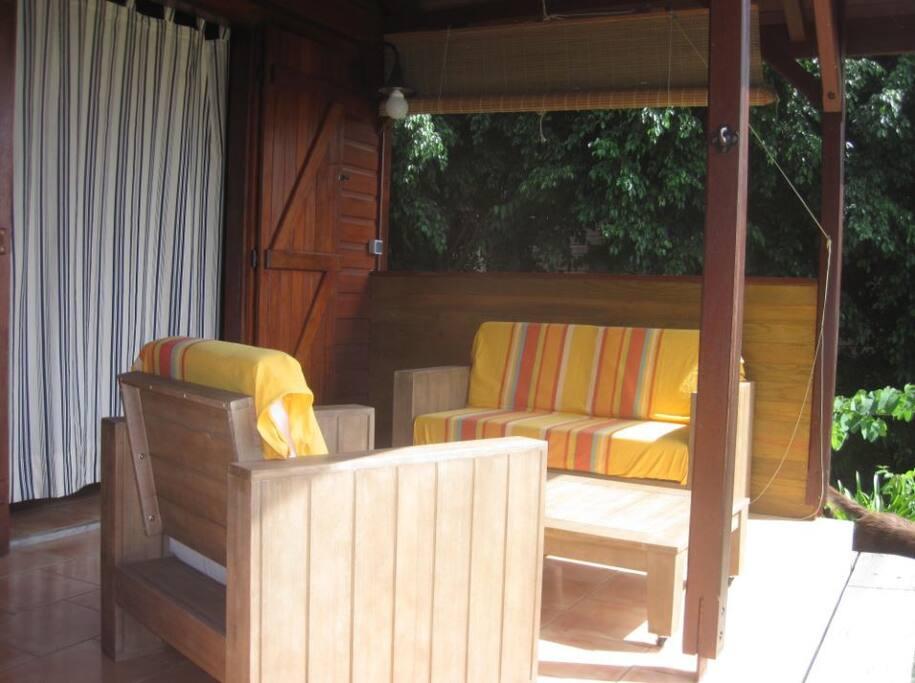 Un confortable salon  pour profiter des couchers de soleil.