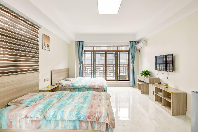 舒适宽敞明亮的50平米公寓,主卧两张双人床,还有大落地窗,在小阳台上看繁华热闹的街区!