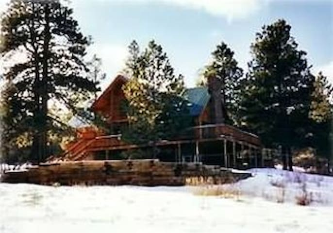 Beautiful Mountain Lodge on 35 acres!