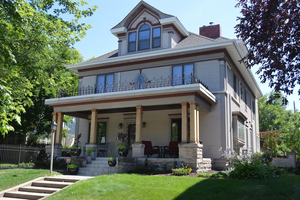 Walking distance to restaurants, coffee shops, ice cream and downtown Minneapolis.
