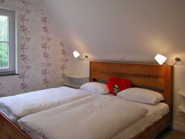 3 Schlafzimmer mit Betten aus Costa Rica - 2 davon mit TV