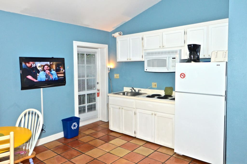 Living & dining area features a flat screen TV