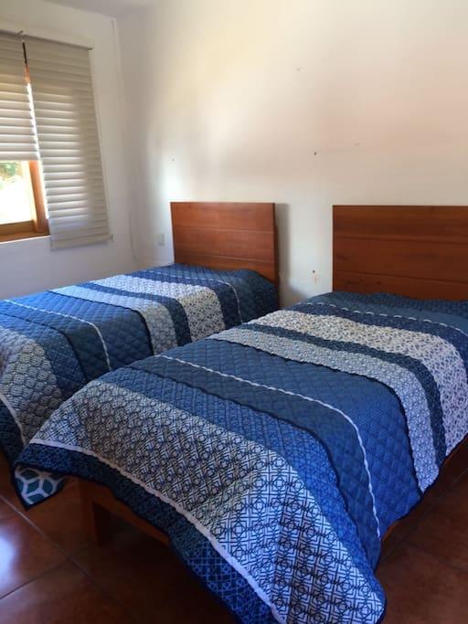 Las habitaciones cuentan con baño y vestidor.