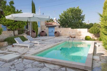 Villa Avgoustis traditional villa with pool - Pachna - วิลล่า