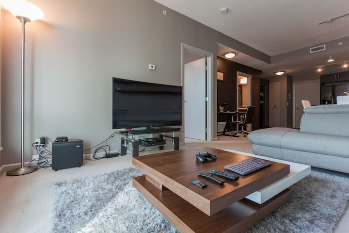 STUNNING EXECUTIVE SUITE - FREE HEATED U/G PARKING