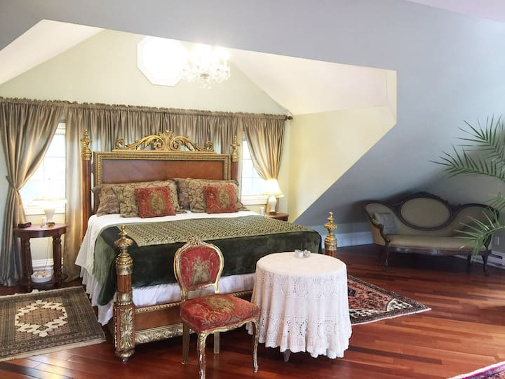 The Loft Suite/By The Park B&B