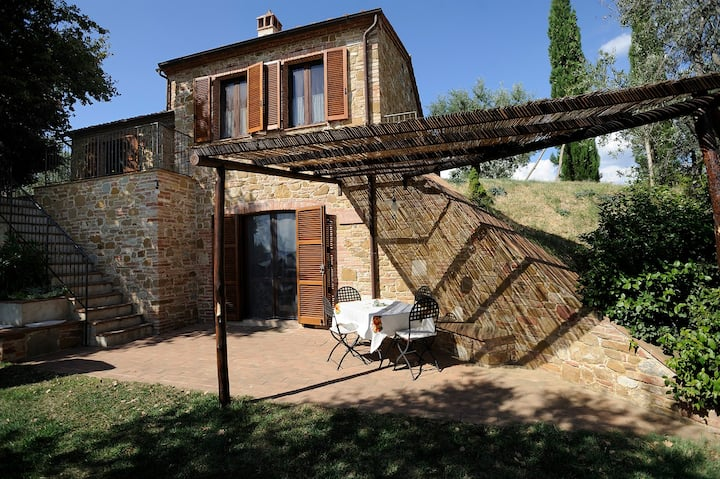 Tuscany villa walking distance to Montisi