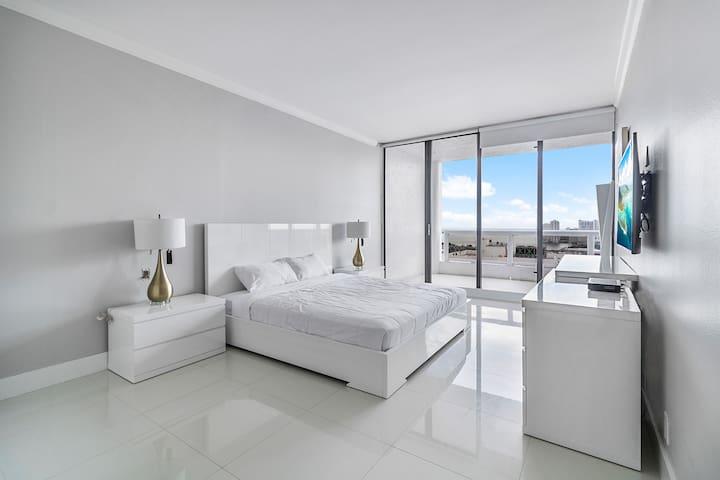 Grand 4244 | Downtown Miami | 1BR | Free Valet | Bay View + Balcony