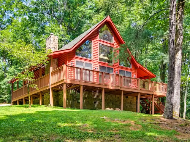 Tomahawk is within walking distance to Pool and Fishing Pond