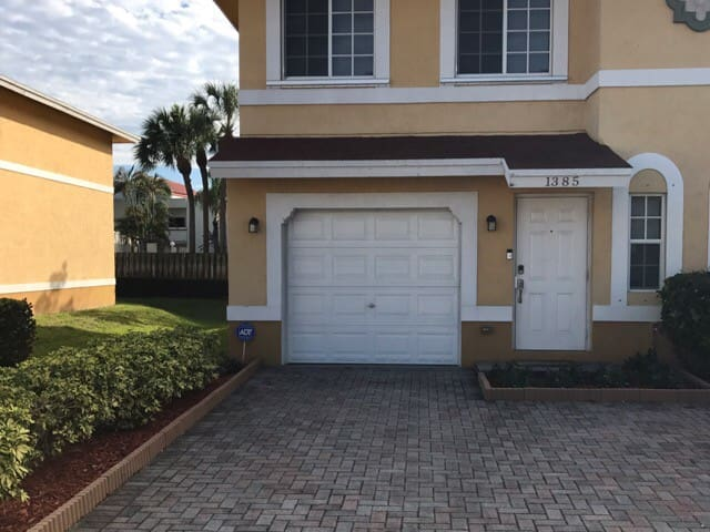 3BR 2.5BA Townhouse - North Lauderdale