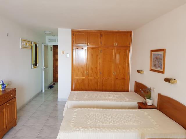 2 кровати могут быть сдвинуты в одну двухспальнюю