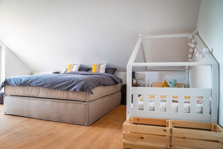 Im Familienzimmer steht ein Doppelbett (180x200cm) und zwei Themenbetten (je 90x200cm)- hier können auch vier Erwachsene übernachten!