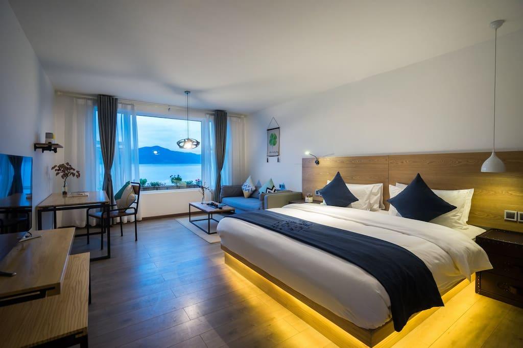 临湖的正面180°湖景大床房,房源在客栈的二楼和三楼。