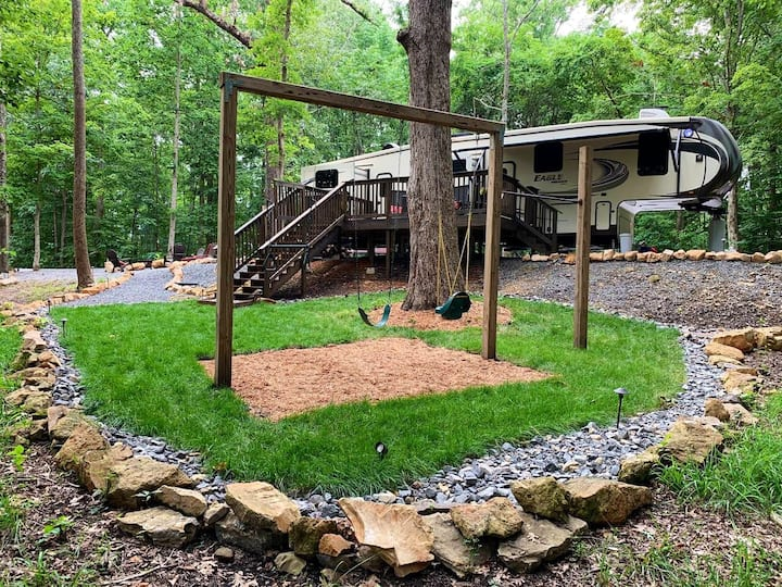 Forest Glamping 15min to DT Franklin TN with pond.
