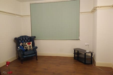 2 Rooms, low cost near Uni with shared Kitchen/WC - Hull - House