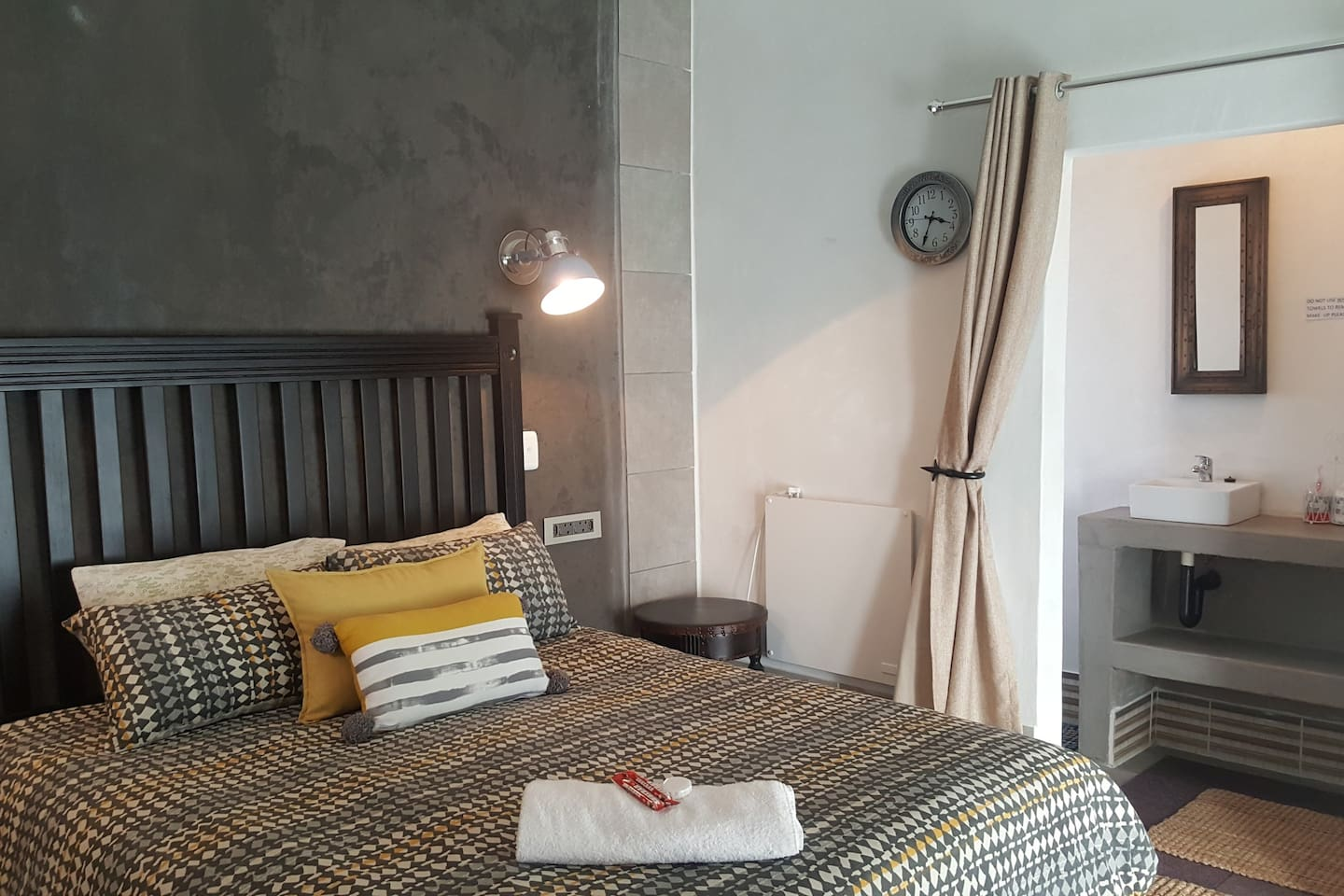 Upmarket and clean rooms. Each room has a coffee station, Dstv, bar fridge, en suite with shower