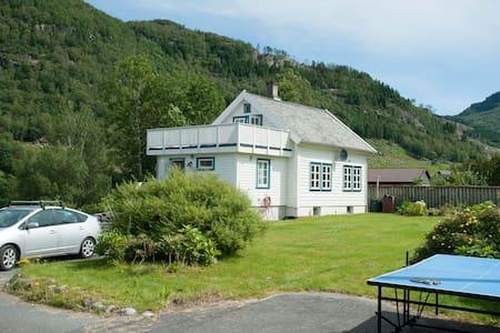 Tømmerhus med peisovn, deilig bad! - Årdal i Ryfylke - House - 1