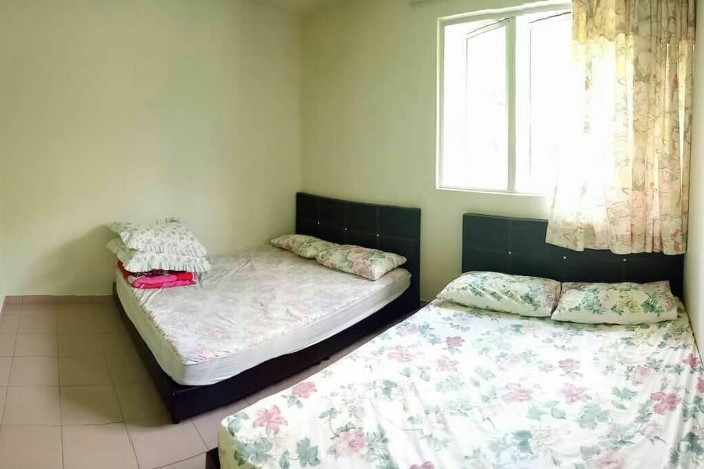 客房 (两张双人床)