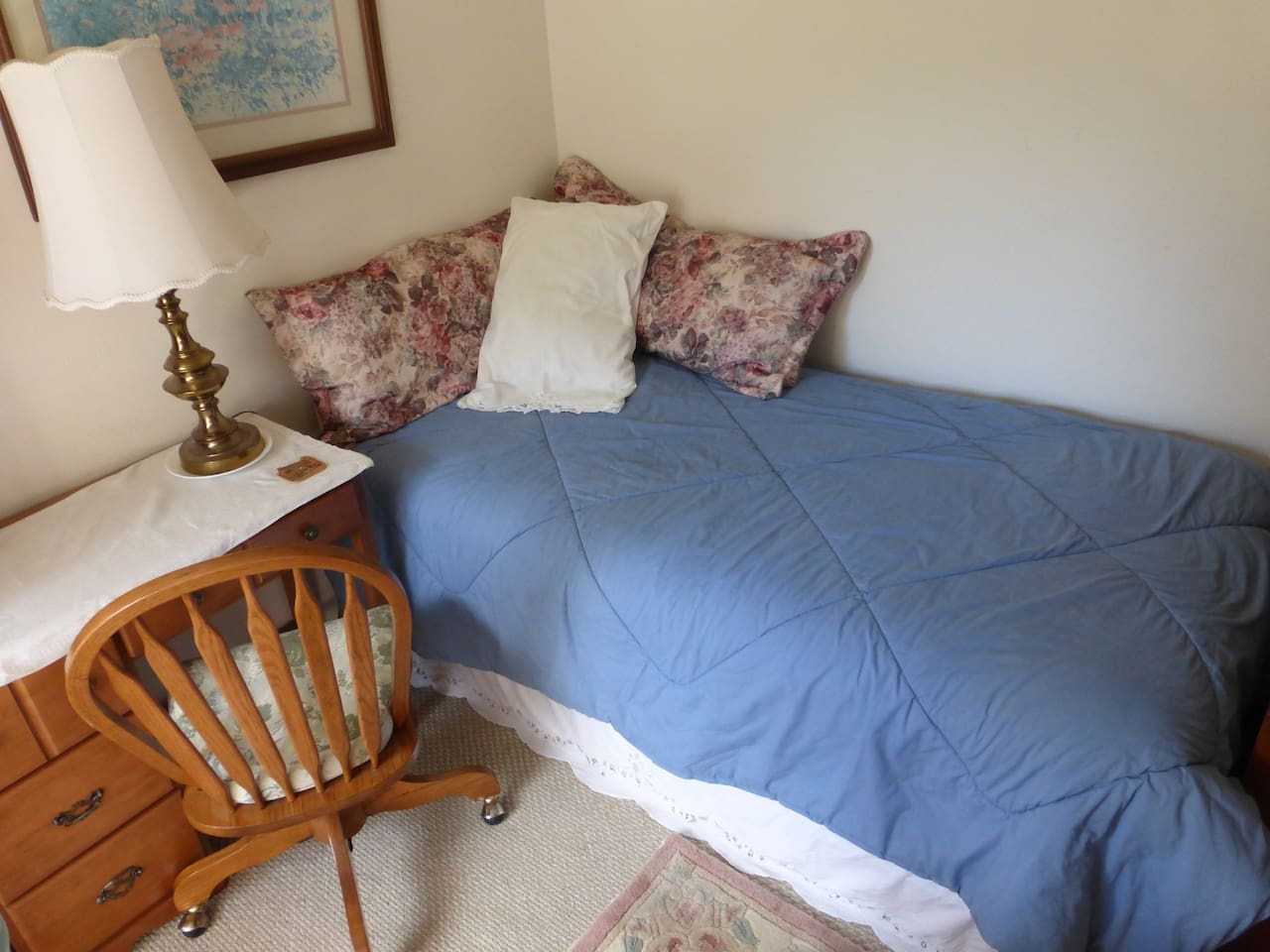 Single bed in shared dormatory. clean sheets and one towel per guest