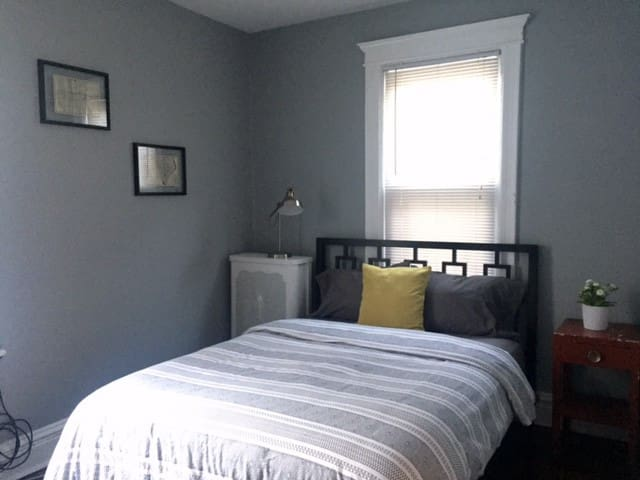 Sunny room in spacious, charming house - Union City - Hus