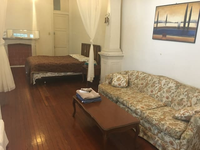 large room, own entrance,by Tulane univ,street car