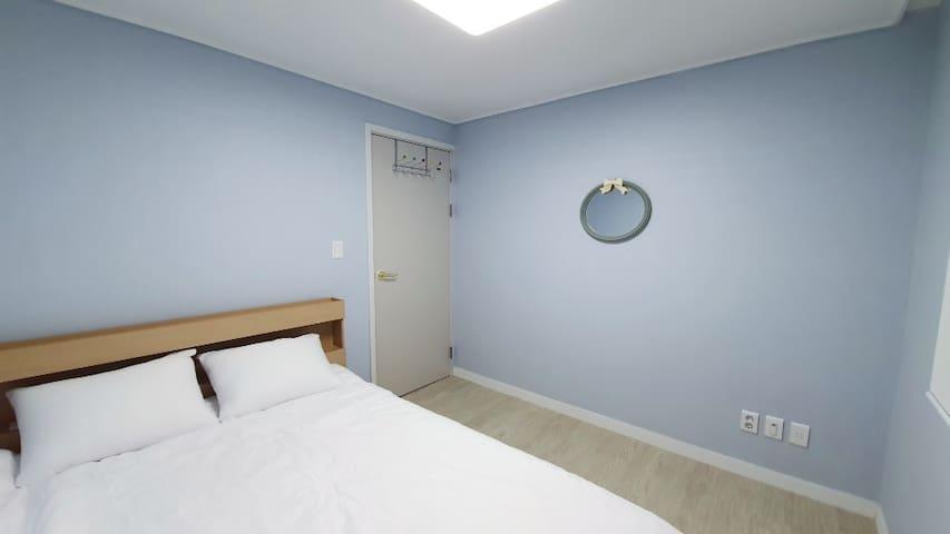 방2, 편안히 주무실 수 있는 더블사이즈의 침대와 호텔침구가 겸비되어 있습니다.