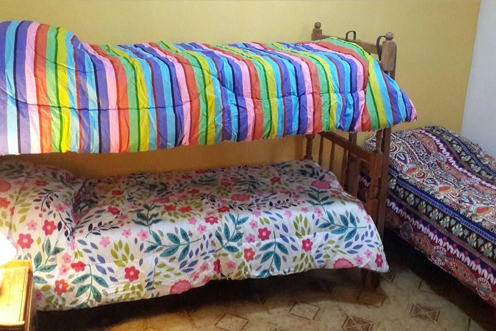Dormitorio con 3 camas. Cuenta con una amplia ventana. Muy cómodo. Si..tiene aire.