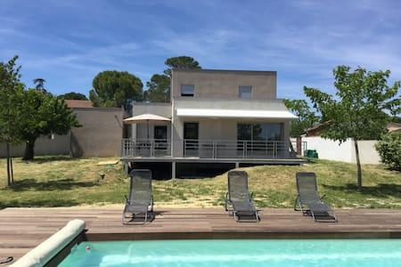 Maison contemporaine climatisée , piscine