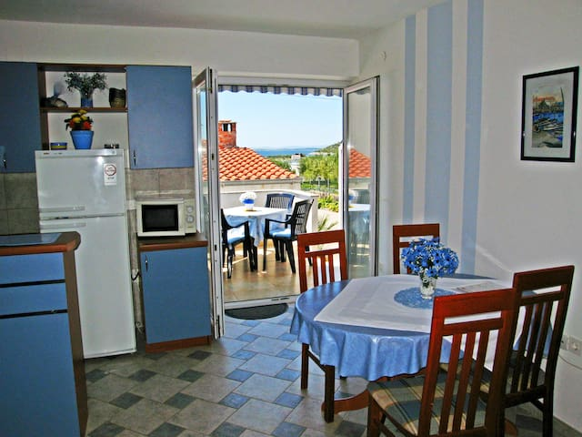 Cosy apartment next to the beach - Pakoštane - Apartment