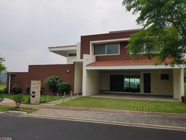 Casa en Nuevo Cuscatlan, moderna y amueblada