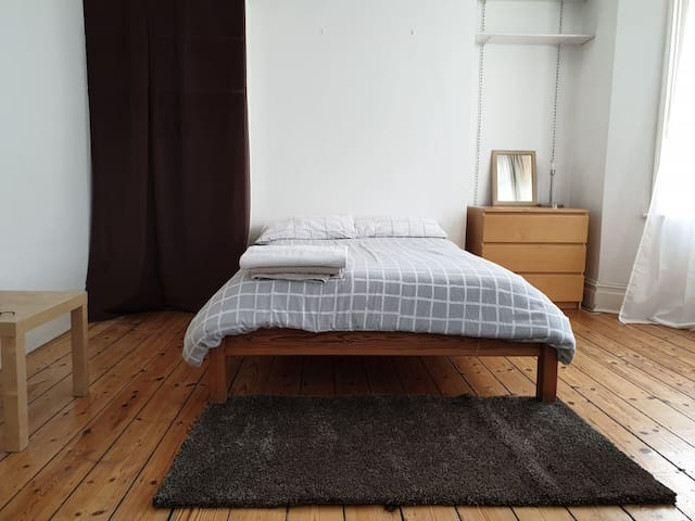 Large Double room in Queen's Park, London W9