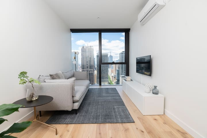 Spacious Collins St Apartment with City View + Gym