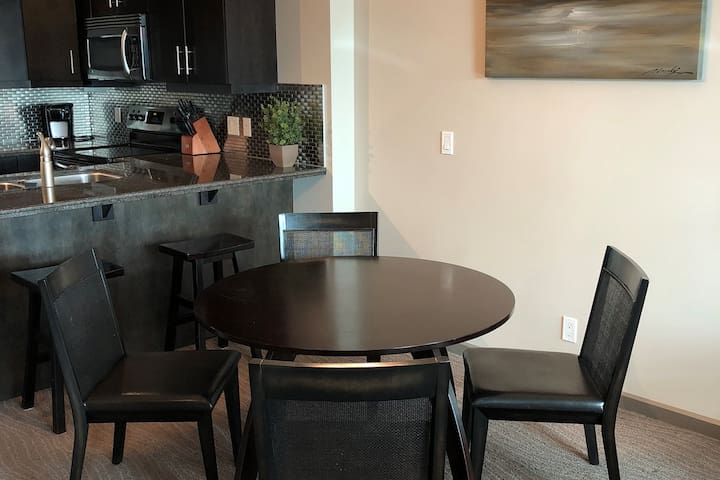 Trendy condo, steps to 17th and the Saddledome!