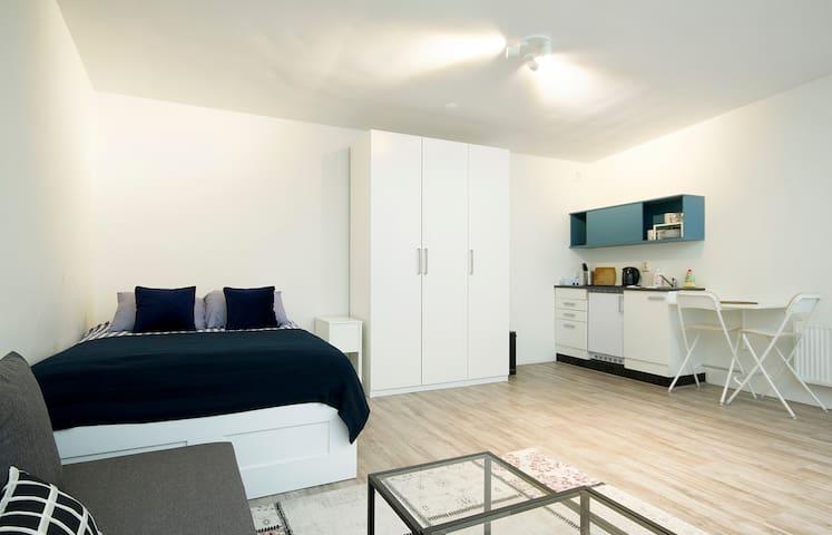 (2) Comfortable room all-inclusive in Amsterdam!
