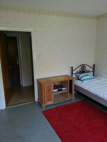 Enkelt ljust rum med två st fönster - Varberg - Appartement