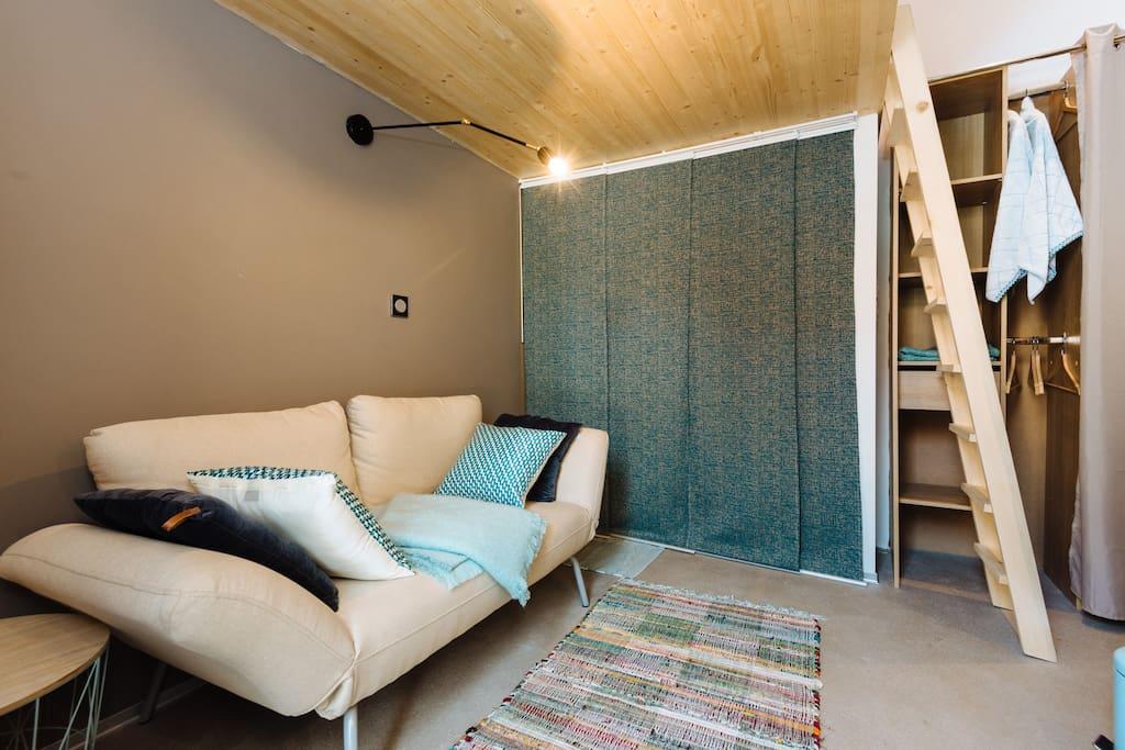 Mini-studio de 12m2 (avec une mezzanine en plus, accueillant un lit de 140x200 cm et un rangement tout en longueur). Vous pourrez profiter d'un espace extérieur, à l'arrière de la bâtisse (mini-jardin ombragé avec table Fermob donnant sur un petit parc).