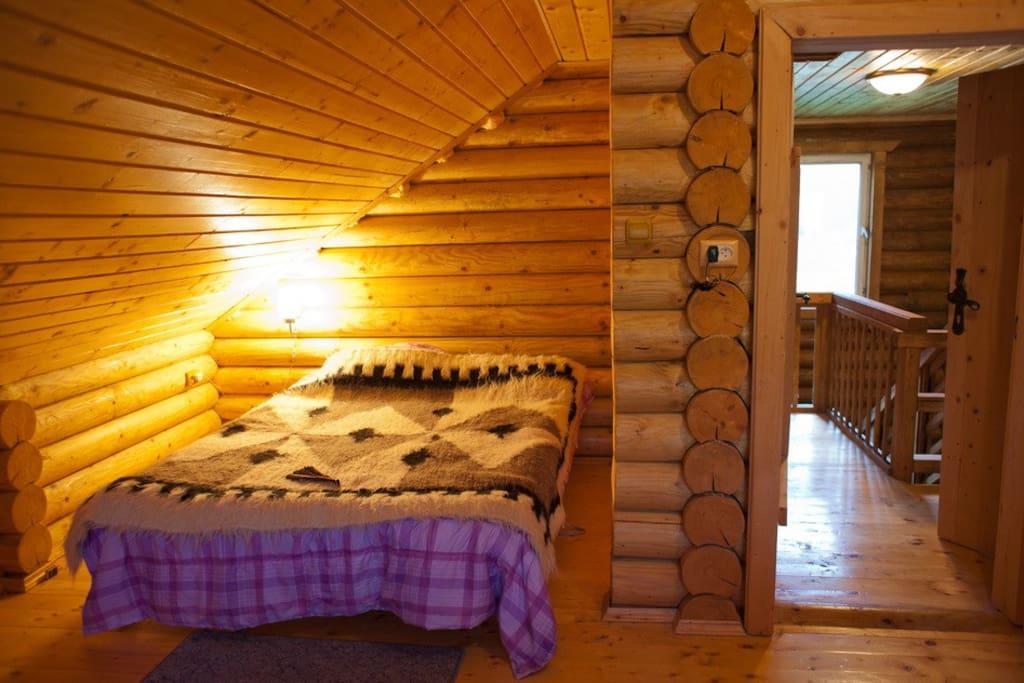 інша спальня із балконом