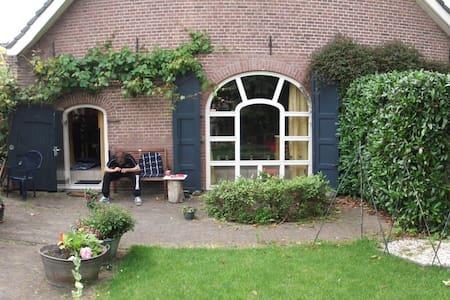 Ruime woonboerderij in groen centrum van Houten. - Houten