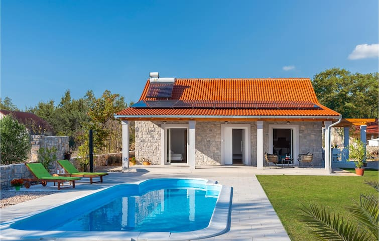 Holiday cottage with 2 bedrooms on 73m² in Puljane