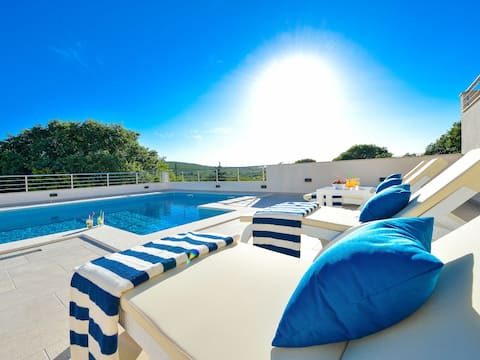 New,  spacious 4* villa with heated pool & sauna