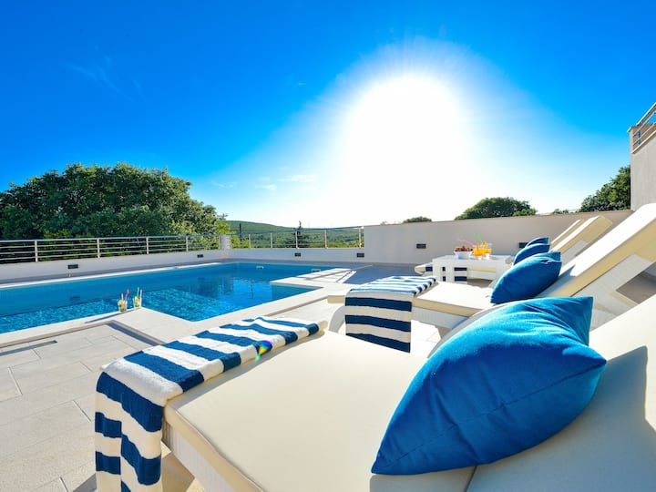 New,  spacious 4* villa with heated pool & sauna
