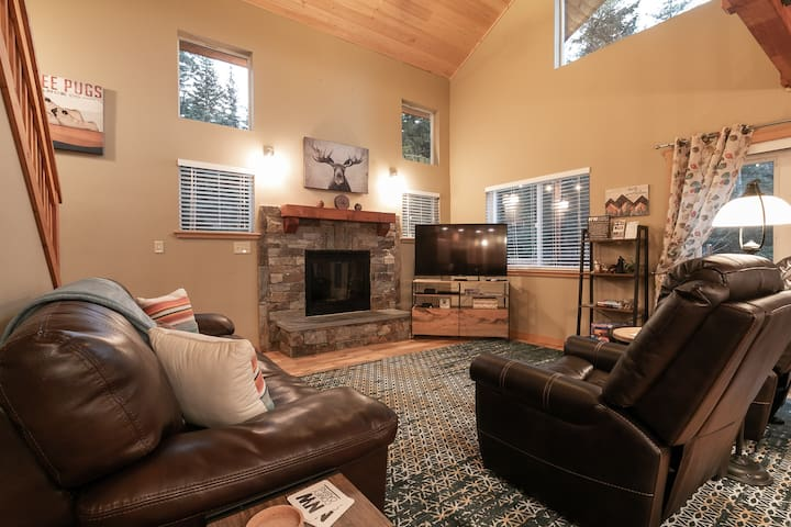 Beautiful home with all the comforts of home OR MORE!!  Hot tub, Free WIFI,- Paws in the Mountains-2 Bedroom, 2 Bathroom