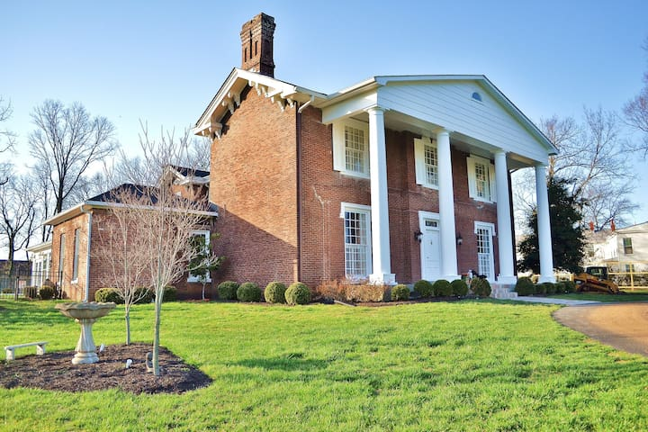 Barr House Inn-historic home with pool, near LexKY